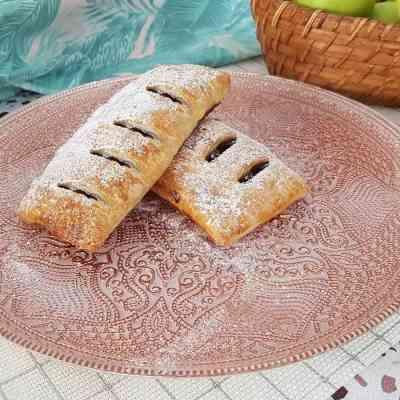מאפה תפוחים אישי על בסיס בצק עלים במילוי תפוחי עץ,ריבת אוכמניות,סוכר חום וקינמון.