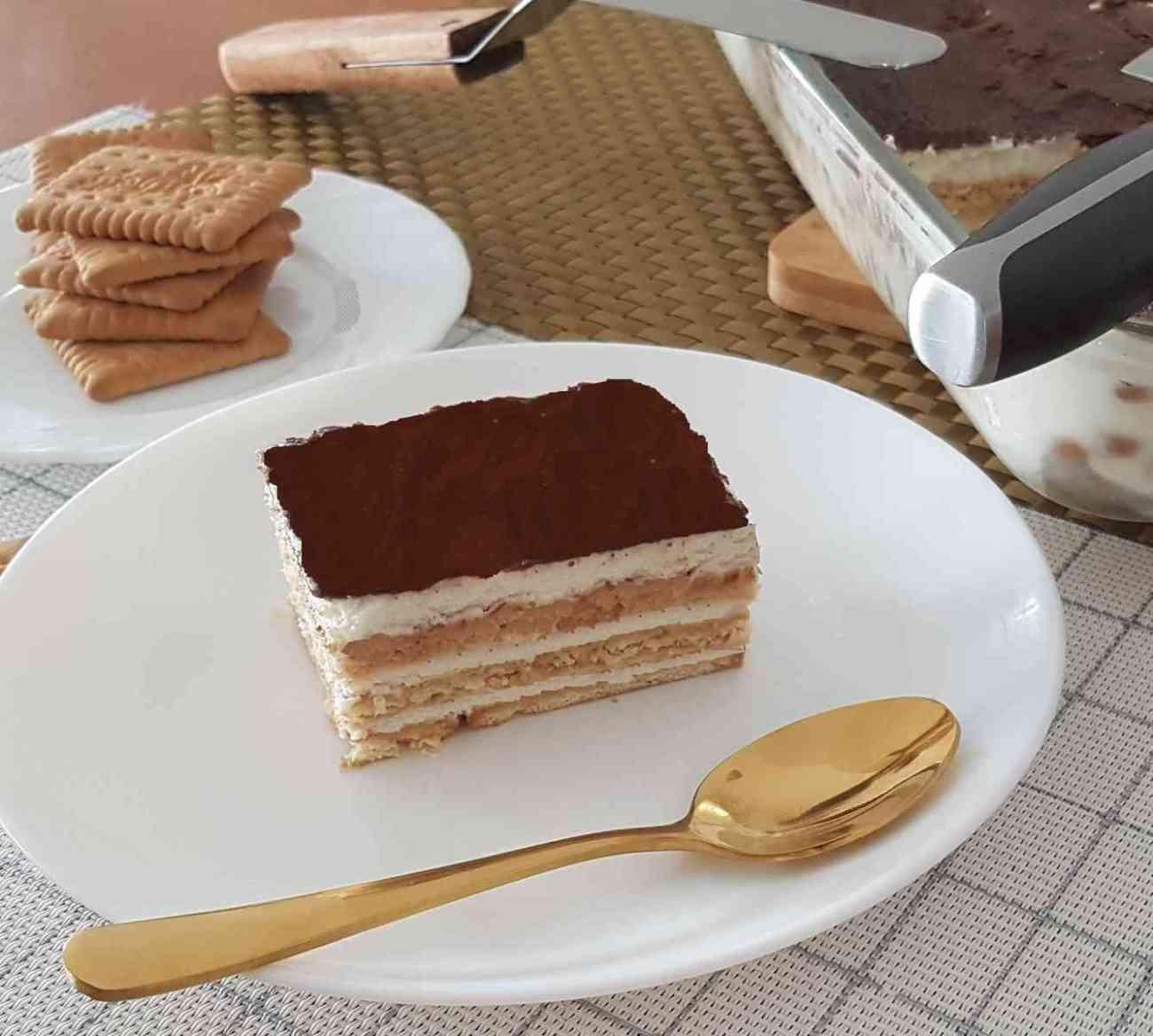 עוגת ביסקוויטים עם קרם שוקולד