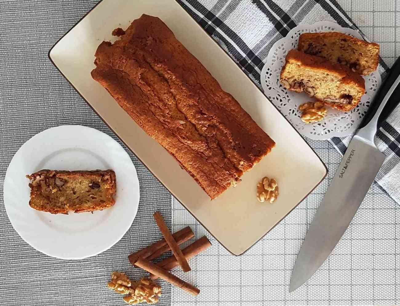 עוגת שמנת חמוצה, אגוזים וקינמון.