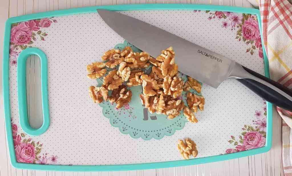 .עוגה בחושה עם שמנת חמוצה, אגוזים וקינמון רכה במיוחד