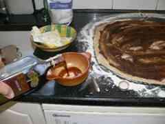 עוגת שמרים במילוי תמרים