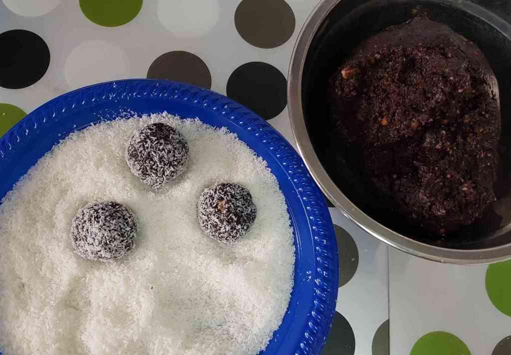 מתכון לכדורי שוקולד שיבולת שועל עם אגוזים ושקדים ללא סוכר