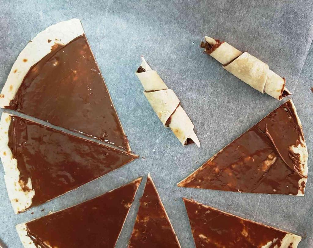 קרואסון שוקולד מטורטייה מ-2 מרכיבים