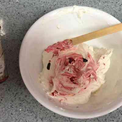 קינוחי כוסות אישיים עם שכבות עם מרקמים וטעמים. עם הפומפיה המסתובבת
