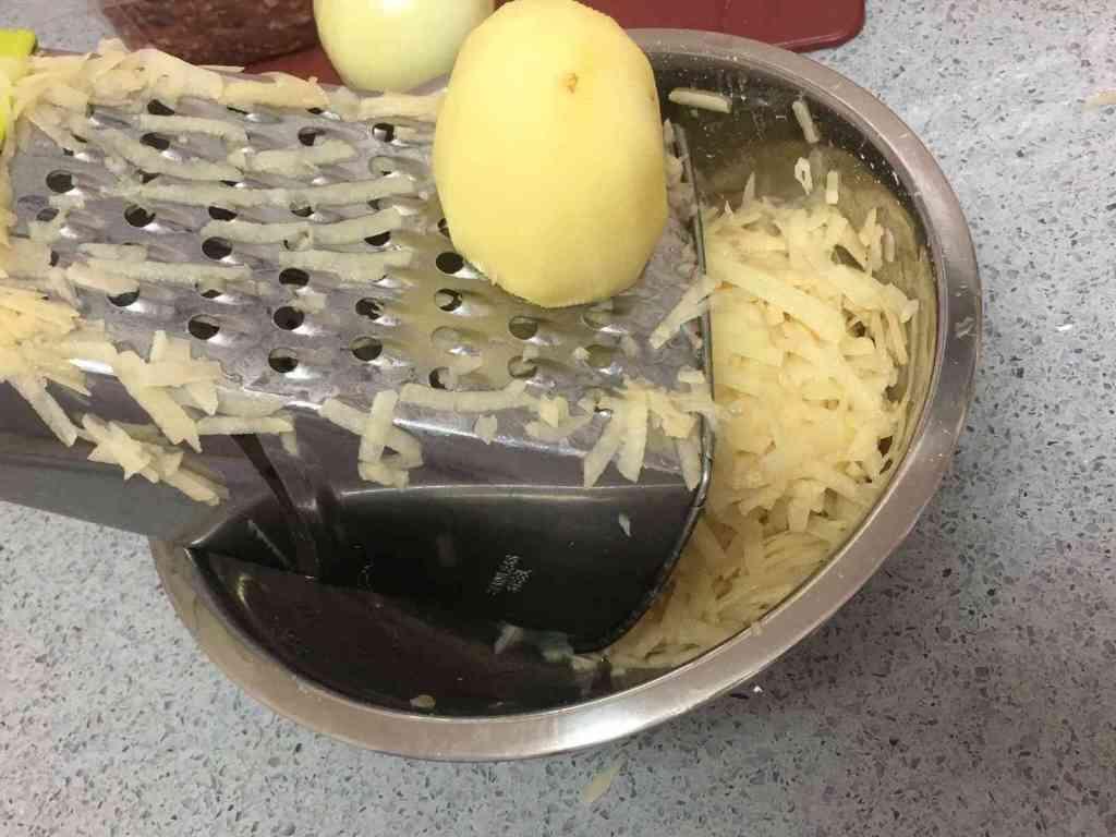 קציצות בשר ותפוחי אדמה מטוגנות