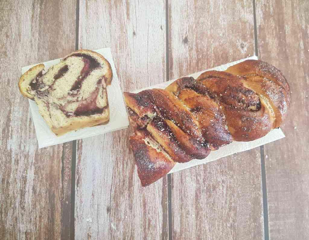עוגת שמרים במלית אוכמניות קוקוס קלילה וקיצית
