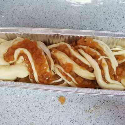 עוגת שמרים במילוי תפוחים וקינמון. שילוב נהדר וטעים של בצק שמרים רך ועשיר ומלית מתוקה של תפוחים בקינמון