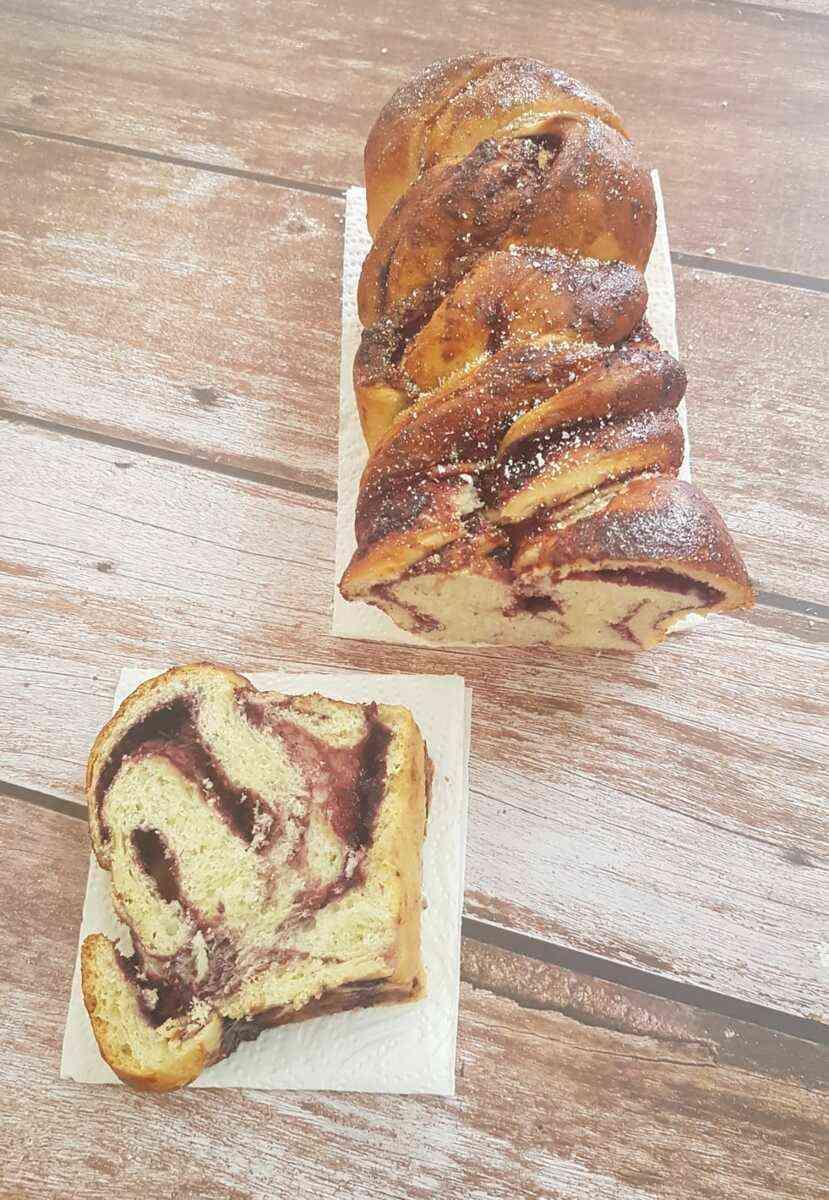 עוגת שמרים במלית אוכמניות קוקוס