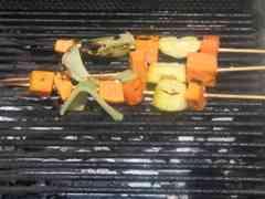 שיפודי ירקות על האש