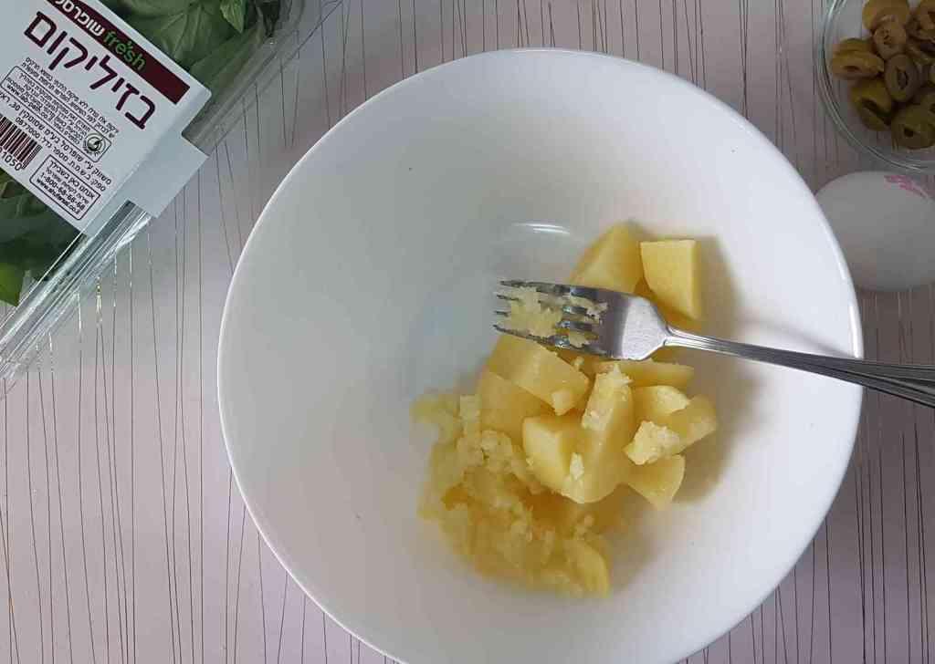 בורקס מלאווח פריך וזהוב במילוי תפוח-אדמה וגבינה