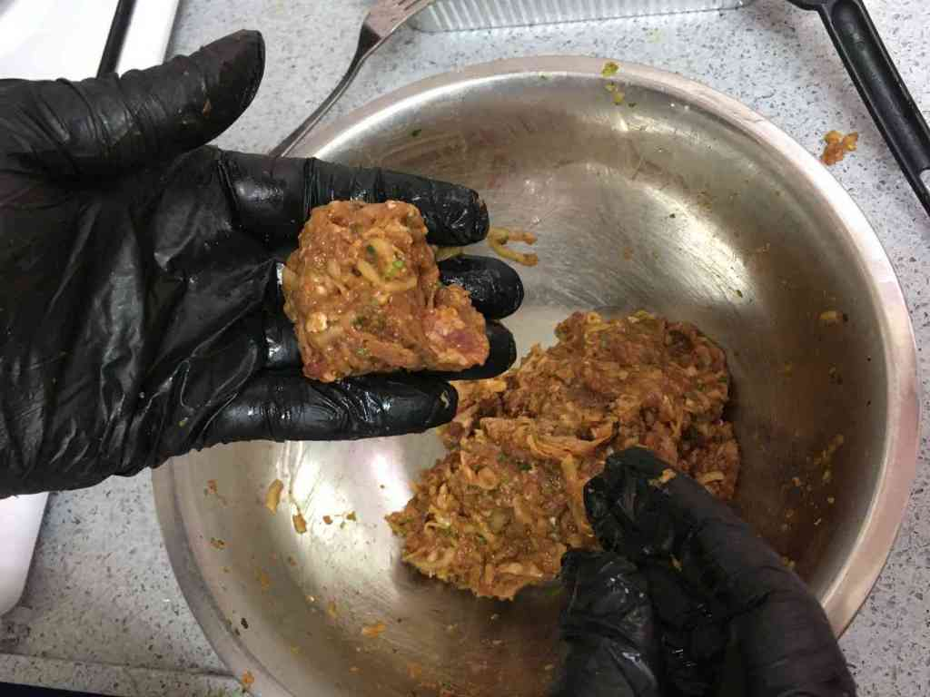 כדורי בשר ברוטב אפונה לימון