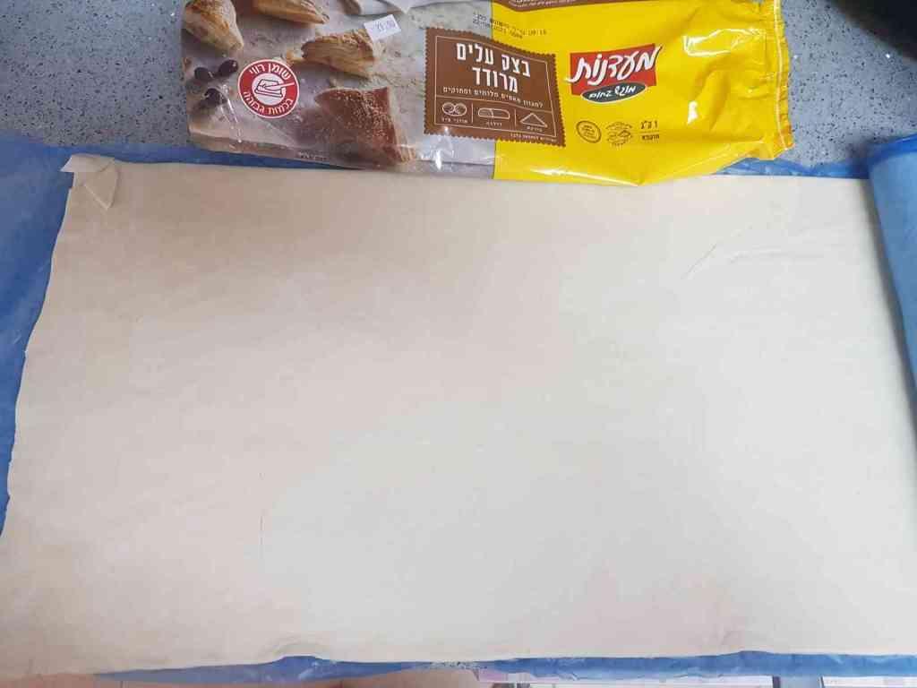 מתכון למשה בתיבה המורכב מנקניקיות עטופות בבצק עלים,מתכון לארוחת ילדים.