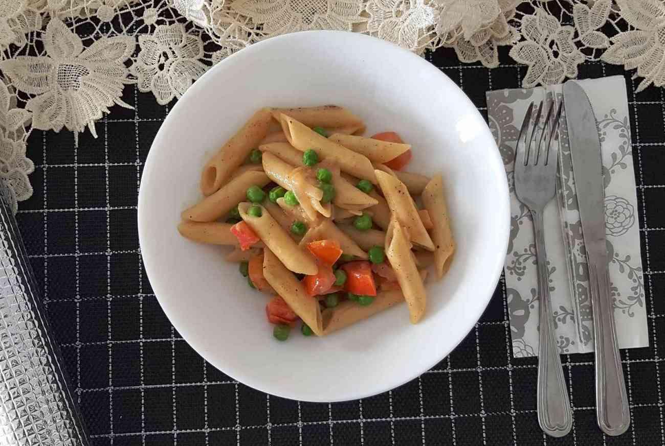 פסטה בקרם קוקוס אפונה ועגבניות