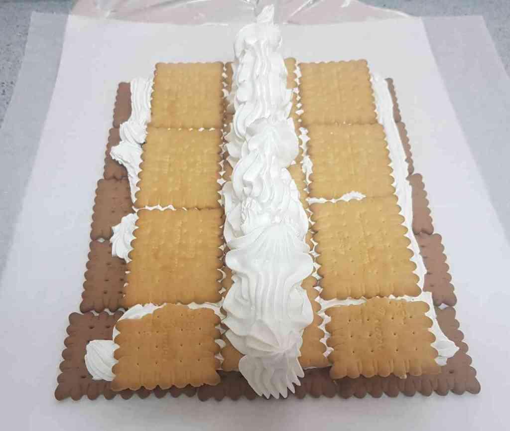 מתכון לעוגת ביסקוויטים פירמידה ללא אפייה ומראה חגיגי