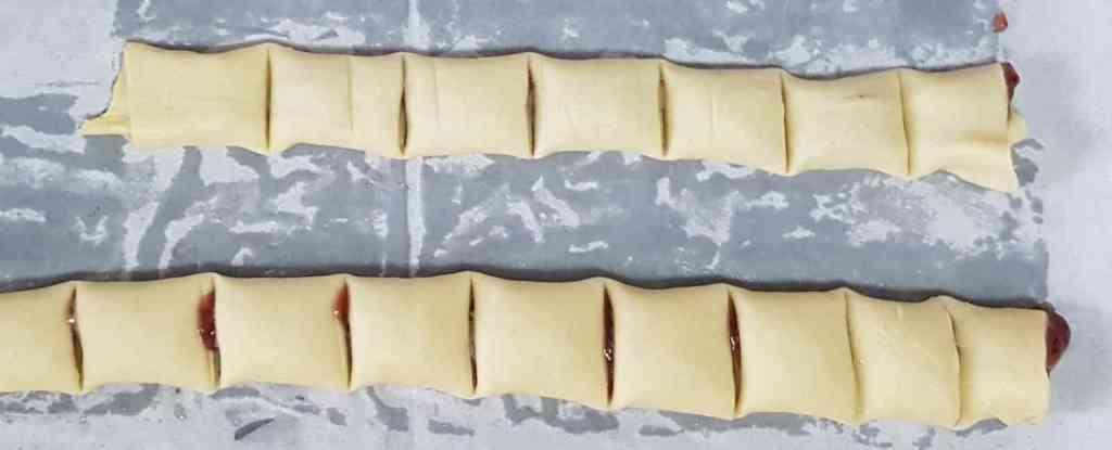 עוגיות ריבה מגולגלות מבצק פריך במילוי ריבה מ-4 רכיבים בלבד.
