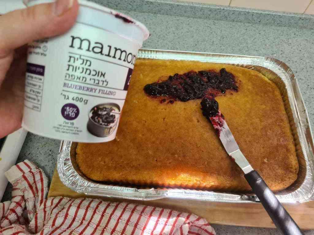 עוגת סברינה משגעת רטובה ועסיסית, וכל כך טעימה. כמו של פעם עם ריבת אוכמניות.