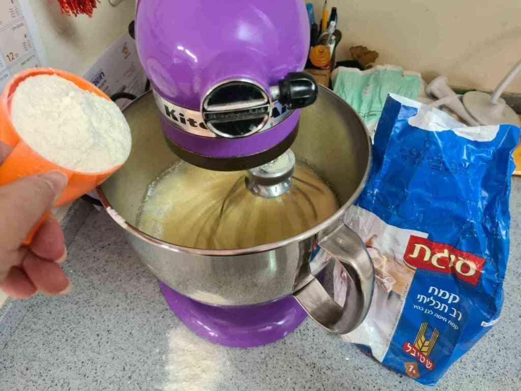 מתכון לעוגת סולת פרווה אוורירית מוצפת בסירופ מתוק, מושלמת לי כוס תה