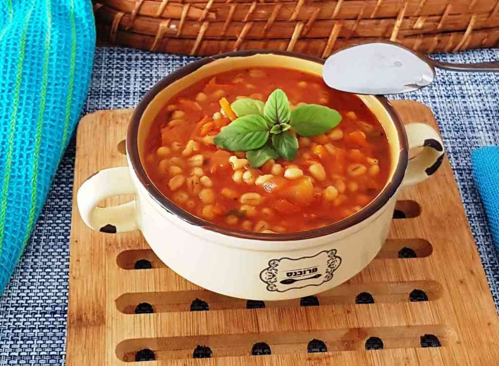 מרק עגבניות עם גריסים פשוט וקל להכנה.