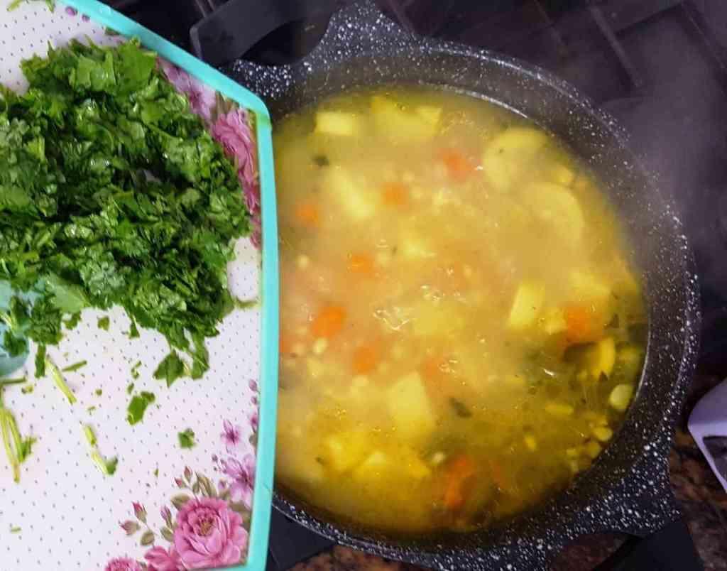 מתכון למרק גריסים וירקות עשיר עם גזר, תפוא-אדמה, וסלרי קל להכנה וטעים.