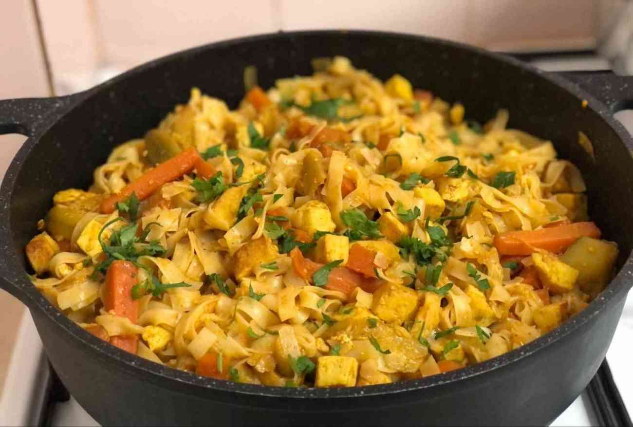 מוקפץ טופו עם ירקות ואטריות אורז