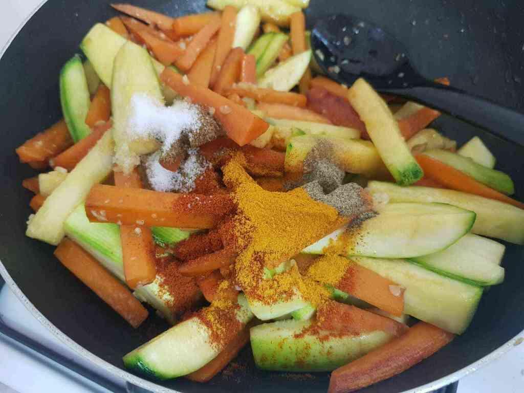 טופו מוקפץ עם ירקות ואטריות אורז