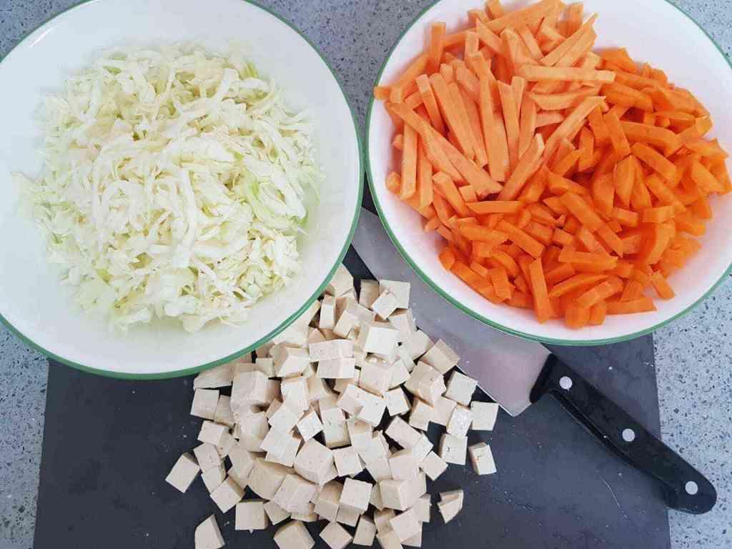 מוקפץ טופו עם ירקות בפסטו